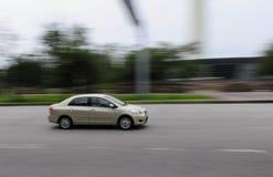 Αναμονή ένα αυτοκίνητο που περνά από Στοκ Φωτογραφία