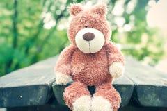 Αναμονή για τον ιδιοκτήτη Ξεχασμένος teddy αντέχει το παιχνίδι θλίψη στοκ εικόνες