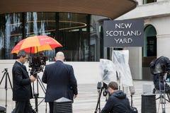 Αναμονή ενός δελτίου τύπου στο νέο Scotland Yard Στοκ Φωτογραφίες