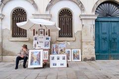 Αναμονή καλλιτεχνών για να πωλήσει τα σχέδιά του Στοκ φωτογραφία με δικαίωμα ελεύθερης χρήσης