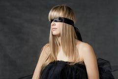 Αναμονή κοριτσιών Blindfolded. Το μαύρο tutu Στοκ Φωτογραφίες