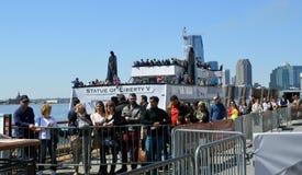 Αναμονή στη γραμμή το άγαλμα του πορθμείου NYC Tom Wurl ελευθερίας Στοκ εικόνα με δικαίωμα ελεύθερης χρήσης