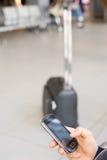 Αναμονή στο τελικό χρησιμοποιώντας τηλέφωνο αερολιμένων Στοκ φωτογραφία με δικαίωμα ελεύθερης χρήσης