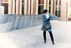 αναμονή συνεδρίασης των κοριτσιών τσαντών Στοκ φωτογραφία με δικαίωμα ελεύθερης χρήσης