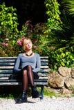 Αναμονή την αγάπη Νέο κορίτσι ερωτευμένο στον πάγκο Στοκ φωτογραφία με δικαίωμα ελεύθερης χρήσης