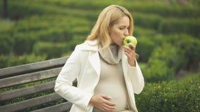 Αναμονή της γυναίκας που αισθάνεται τη ναυτία τρώγοντας το μήλο, ασθένεια πρωινού, τοξιναιμία απόθεμα βίντεο