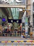 Αναμονή το τραίνο που περνά έπειτα πέρα από τη σιδηροδρομική γραμμή στην αγορά Otesuji στην περιοχή Kansai Στοκ φωτογραφία με δικαίωμα ελεύθερης χρήσης