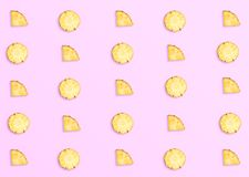 Ανανάδες στο ρόδινο υπόβαθρο Σχέδιο φιαγμένο από τεμαχισμένους ανανάδες στοκ εικόνες