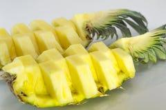 ανανάς με τις φέτες σε ανοικτό γκρι Ανανάς, ανανάς, φρούτα Στοκ Φωτογραφία