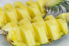 ανανάς με τις φέτες σε ανοικτό γκρι Ανανάς, ανανάς, φρούτα Στοκ εικόνα με δικαίωμα ελεύθερης χρήσης