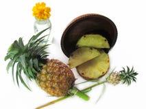 Ανανάς, φρέσκος ανανάς και τεμαχισμένος σε έναν ξύλινο δίσκο στο λευκό Στοκ φωτογραφία με δικαίωμα ελεύθερης χρήσης