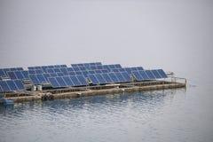 Ανανεώσιμη δύναμη επιτροπής συστημάτων ηλιακών κυττάρων που επιπλέει στο φράγμα στοκ εικόνα