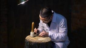 Αναπαράσταση των αρχαίων χρόνων Κατασκευαστής των προϊόντων δέρματος - παπούτσια, πορτοφόλια, ζώνες, τσάντες και άλλες απόθεμα βίντεο