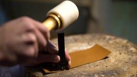 Αναπαράσταση των αρχαίων χρόνων Κατασκευαστής των προϊόντων δέρματος - παπούτσια, πορτοφόλια, ζώνες, τσάντες και άλλες φιλμ μικρού μήκους
