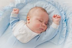 Αναπαυτικός ύπνος μωρών ` s Νεογέννητο μωρό σε ένα ξύλινο παχνί Οι ύπνοι μωρών στο λίκνο πλευρών Στοκ εικόνα με δικαίωμα ελεύθερης χρήσης
