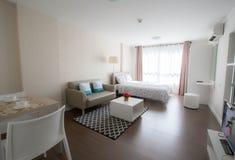 Αναπαυτικό άσπρο δωμάτιο στοκ φωτογραφία