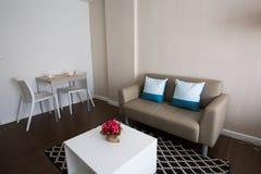 Αναπαυτικό άσπρο δωμάτιο στοκ εικόνες