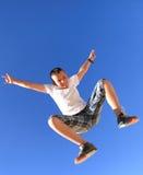 αναπηδώντας πετώντας ουρανός αγοριών Στοκ Εικόνα