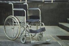Αναπηρική καρέκλα που σταθμεύουν κενή στο νοσοκομείο Στοκ φωτογραφία με δικαίωμα ελεύθερης χρήσης