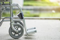 Αναπηρική καρέκλα που σταθμεύουν κενή στο πάρκο Στοκ φωτογραφία με δικαίωμα ελεύθερης χρήσης