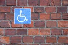 αναπηρική καρέκλα συμβόλ&omeg Στοκ φωτογραφίες με δικαίωμα ελεύθερης χρήσης