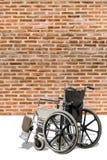Αναπηρική καρέκλα με το υπόβαθρο τοίχων τούβλων Στοκ Εικόνα