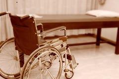 Αναπηρική καρέκλα που σταθμεύουν κενή στο δωμάτιο επεξεργασίας Στοκ εικόνες με δικαίωμα ελεύθερης χρήσης