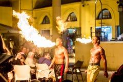 Αναπνέοντας άνθρωποι πυρκαγιάς στοκ φωτογραφία με δικαίωμα ελεύθερης χρήσης