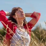 Αναπνέοντας νέα ανώτερη γυναίκα στην αρμονία με τη φύση Στοκ φωτογραφία με δικαίωμα ελεύθερης χρήσης