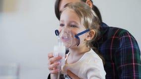Αναπνευστική θεραπεία Nebuliser του μικρού κοριτσιού φιλμ μικρού μήκους