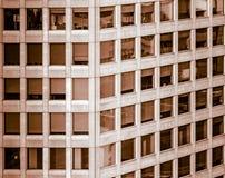 Αναπτυγμένη περίληψη εικόνα ενός πολυόροφου κτιρίου γραφείων με σχεδόν τα τετραγωνικά παράθυρα στοκ εικόνα με δικαίωμα ελεύθερης χρήσης