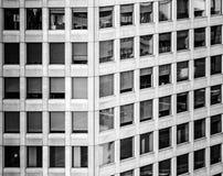 Αναπτυγμένη περίληψη εικόνα ενός πολυόροφου κτιρίου γραφείων με σχεδόν τα τετραγωνικά παράθυρα στοκ εικόνες