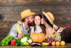 Αναπτυγμένος με την αγάπη Οικογενειακοί αγρότες με το ξύλινο υπόβαθρο συγκομιδών Αγρότες οικογενειακού αγροτικοί ύφους στην αγορά στοκ εικόνες