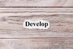 Αναπτυχθείτε της λέξης σε χαρτί Έννοια Λέξεις Develop σε ένα ξύλινο υπόβαθρο στοκ εικόνα
