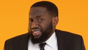 Αναρμόδιος μαύρος διευθυντής που απαξιεί τους ώμους, που συγχέονται για το αποτυχημένο καθήκον απόθεμα βίντεο