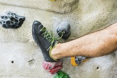 Αναρρίχηση βράχου άσκησης ατόμων στον τεχνητό τοίχο στο εσωτερικό ηθοποιών στοκ φωτογραφία με δικαίωμα ελεύθερης χρήσης