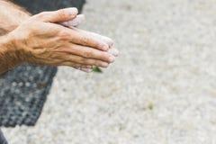 Αναρρίχηση βράχου άσκησης ατόμων στον τεχνητό τοίχο στο εσωτερικό ηθοποιών στοκ εικόνα