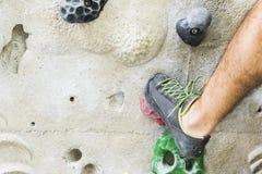 Αναρρίχηση βράχου άσκησης ατόμων στον τεχνητό τοίχο στο εσωτερικό ηθοποιών στοκ εικόνες με δικαίωμα ελεύθερης χρήσης