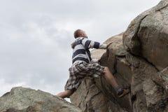Αναρρίχηση βράχου ατόμων Στοκ φωτογραφία με δικαίωμα ελεύθερης χρήσης