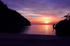 Αναρρίχηση βράχου με το ηλιοβασίλεμα στην παραλία στοκ εικόνες με δικαίωμα ελεύθερης χρήσης