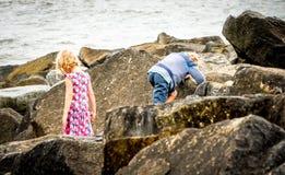 Αναρρίχηση βράχου παιδιών στην παραλία Στοκ φωτογραφίες με δικαίωμα ελεύθερης χρήσης