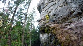 Αναρρίχηση βράχου τυχοδιωκτών στον απότομο βράχο 4k φιλμ μικρού μήκους