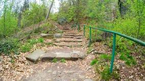 Αναρρίχηση επάνω στη σκάλα πετρών σε ένα βουνό φιλμ μικρού μήκους