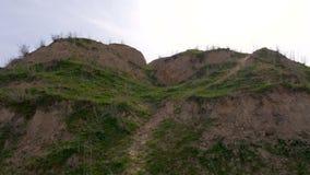 Αναρρίχηση επάνω στον πράσινο λόφο στο νεφελώδη καιρό απόθεμα βίντεο