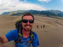 Αναρρίχηση επάνω στους μεγάλους αμμόλοφους άμμου Κολοράντο στοκ φωτογραφία με δικαίωμα ελεύθερης χρήσης