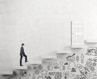 Αναρρίχηση μιας σκάλας της επιτυχίας Στοκ φωτογραφία με δικαίωμα ελεύθερης χρήσης