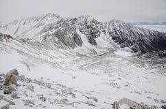 Αναρρίχηση στην υψηλότερη αιχμή του ανατολικού Sayan munku-Sardyk στοκ εικόνα