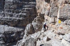 Αναρρίχηση στους δολομίτες Αρσενικός ορειβάτης βουνών στοκ εικόνα με δικαίωμα ελεύθερης χρήσης