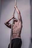 Αναρρίχηση σχοινιών Bodybuilder Στοκ Εικόνα