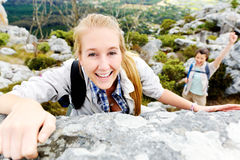 αναρρίχηση της γυναίκας βράχου Στοκ φωτογραφίες με δικαίωμα ελεύθερης χρήσης